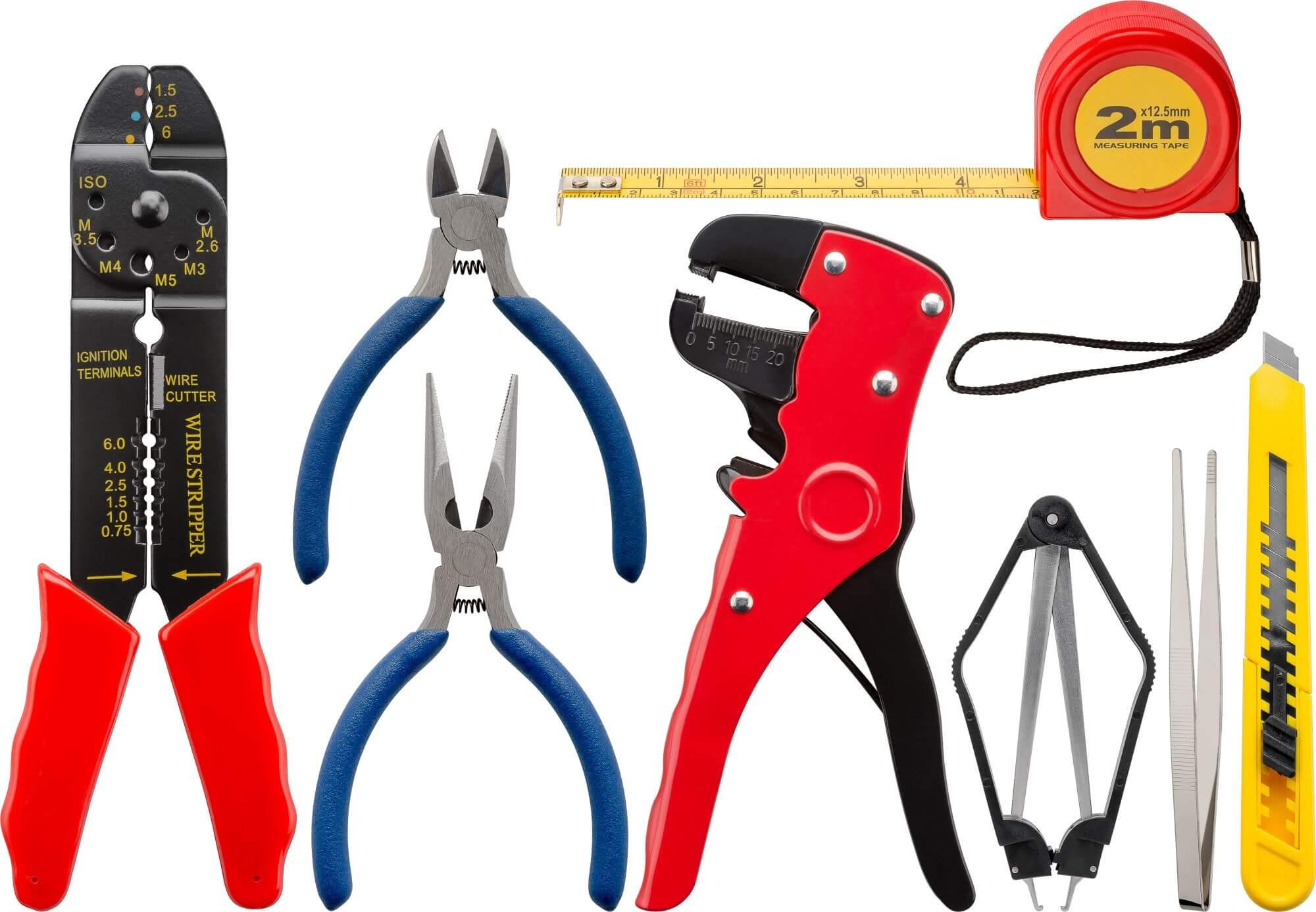 Værktøjssæt med 20 dele i praktisk etui. Tænger, skruetrækkere, loddekolbe og meget andet. Altid ved hånden.